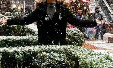 Πρώην παίκτης ριάλιτι απολαμβάνει το χιόνι στη Θεσσαλονίκη!