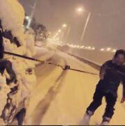 To είδαμε κι αυτό! Ο Πάνος Βλάχος κάνει σκι στους χιονισμένους δρόμους της Αττικής!