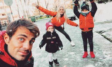 Η οικογένεια Χανταμπάκη παίζει με το χιόνι στη μέση του δρόμου