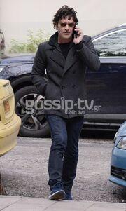 Χριστόφορος Παπακαλιάτης: Στο κέντρο της Αθήνας με το κινητό στο χέρι