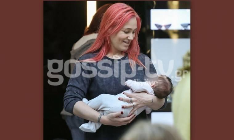 Πηνελόπη Αναστασοπούλου: Βόλτα με τη νεογέννητη κορούλα της