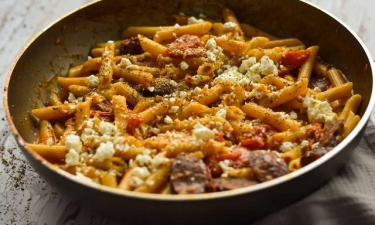 Φτιάξτε τη συνταγή του Τσούλη! Πένες με λουκάνικο και φέτα