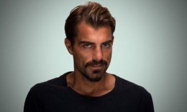 Ο Στέλιος Χανταμπάκης ποζάρει μέσα στο…σολάριουμ
