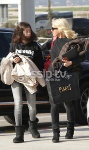 Η Ελένη Μενεγάκη με την κόρη της Λάουρα στο αεροδρόμιο