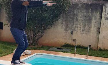 Ποιος είναι ο Έλληνας ηθοποιός που ετοιμάζεται να βουτήξει στην πισίνα με τα... ρούχα;