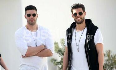 Droulias Brothers: Ντύθηκαν στα ασπρόμαυρα και βόλταραν στη Μύκονο (photos)