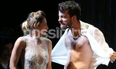 Τολμηρές σκηνές σε θεατρική παράσταση – Η πρεμιέρα και τα στιγμιότυπα από το έργο (photos)