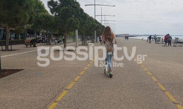 Με το ηλεκτρικό πατίνι βολτάρει στην παραλία της Θεσσαλονίκης (Exclusive Video-Photos)