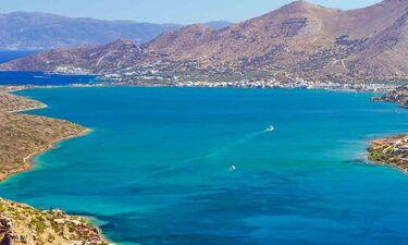 Άρχισαν οι επώνυμες αφίξεις στην Ελλάδα! Διάσημος ηθοποιός επέλεξε την Ελούντα για διακοπές (photos)