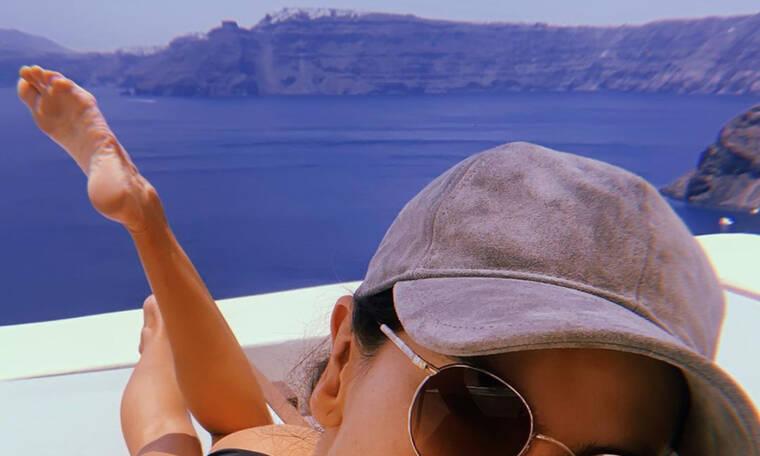 Δεν φαντάζεσαι ποια διάσημη καλλονή κάνει διακοπές στη Σαντορίνη αυτή τη στιγμή (photos)