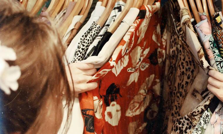 Πώς θα κόψεις τα παλιά, βαρετά σου μπλουζάκια σε τέλεια νέα tops