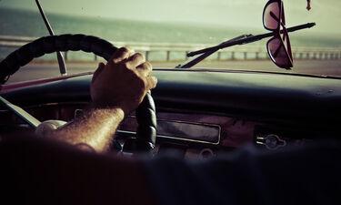 Τρόμος για οδηγό – «Πάγωσε» με αυτό που είδε στο παρμπρίζ του (vid)