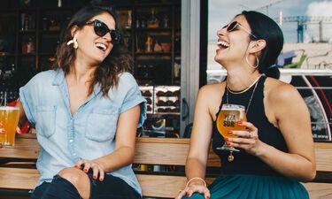 Φίλη VS Σύντροφος: ποιος «κερδίζει» τον ελεύθερο χρόνο μιας γυναίκας σύμφωνα με τις έρευνες;