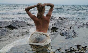 Δεν πάει ο νους σας ποια είναι η sexy Ελληνίδα μαμά που ποζάρει topless (photos)