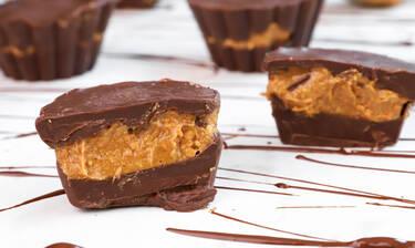 Σοκολατάκια γεμιστά με φυστικοβούτυρο σκέτος πειρασμός